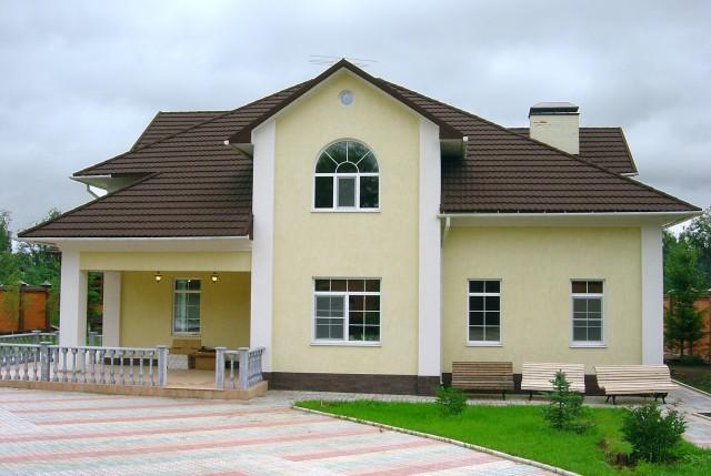 Дома с коричневой крышей фото